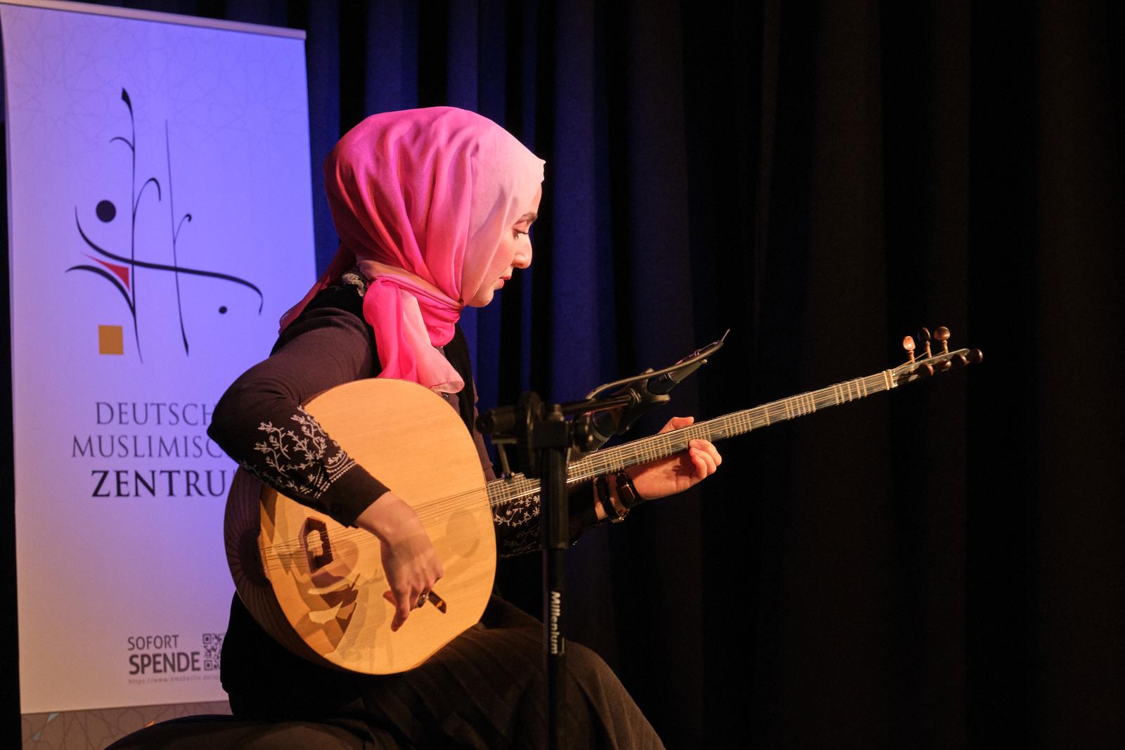 Emine Erol mit Tanbur